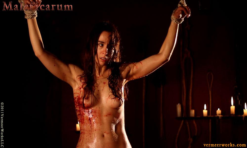 Mariana en el caballo resiste las torturas.